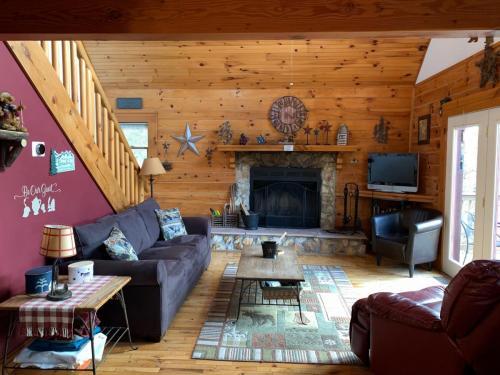 04 cabin living room